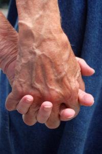 Seniorer går også hånd i hånd